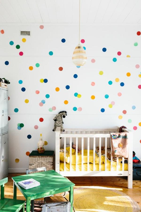 babyzimmer tapeten buntes pünktchenmuster kinderbett