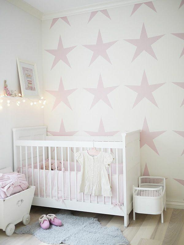 babyzimmer tapeten wandgestaltung mädchenzimmer rosa tapetenmuster sterne