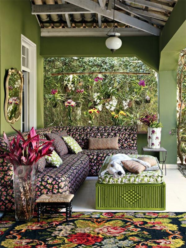 terrassengestaltung ideen außenmöbel sofa couchtisch hauswand grün
