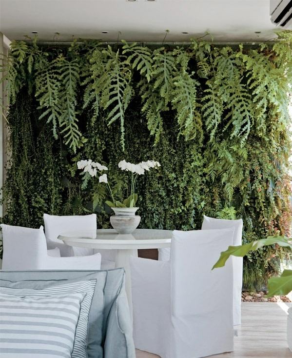 terrassengestaltung-ideen-farbgestaltung-grüne-wand-vertikaler-garten
