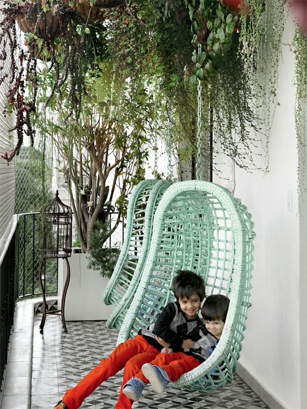 terrassengestaltung ideen hängepflanzen balkonpflanzen balkonmöbel hängekorbsessel