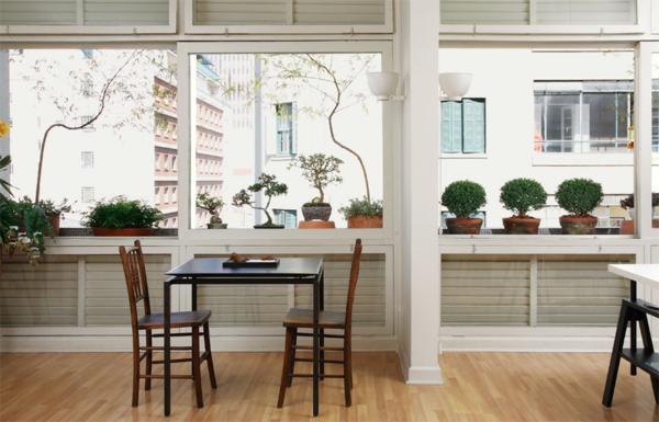 terrassengestaltung ideen holzmöbel tisch stühle topfpflanzen fenster