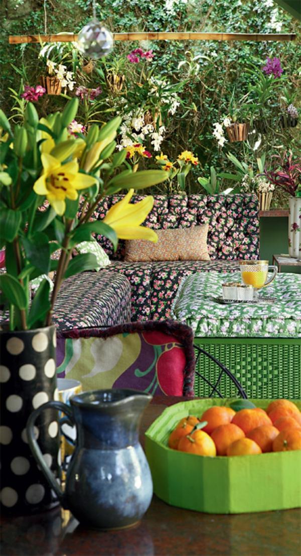 terrassengestaltung ideen lounge möbel sofa couchtisch blumen obst