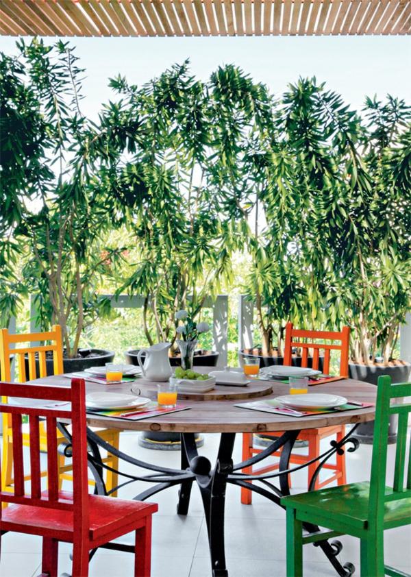 terrassengestaltung modern balkonmöbel holztisch rund stühle bunt