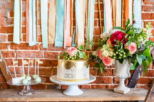 tischdeko ideen landhausstil holztisch ziegelwand dessert buffet torte kuchen