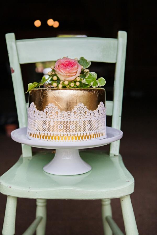 tischdeko ideen rustikaler stil holz stuhl tortenständer torte gold