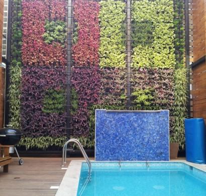 vertikaler garten neben dem schwimmbad bringt mehr gr n in ihr haus. Black Bedroom Furniture Sets. Home Design Ideas