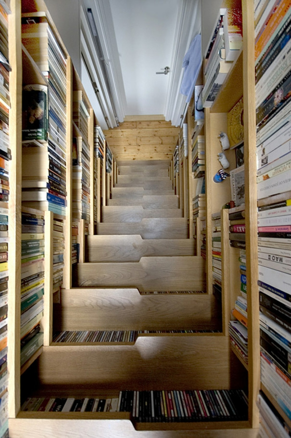 treppenhaus gestalten nachhaltiges design hausbibliothek bücherregale holz