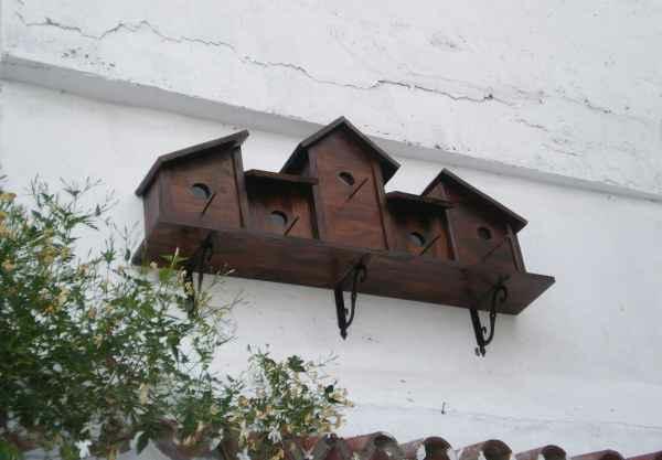 vogelhaus als regal an der außenwand