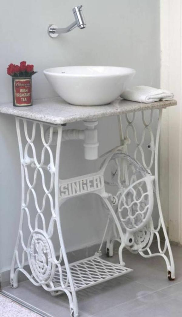 decorar lavabo antigo:Alte Möbel neu gestalten – die alte Nähmaschine als Vintage Möbel