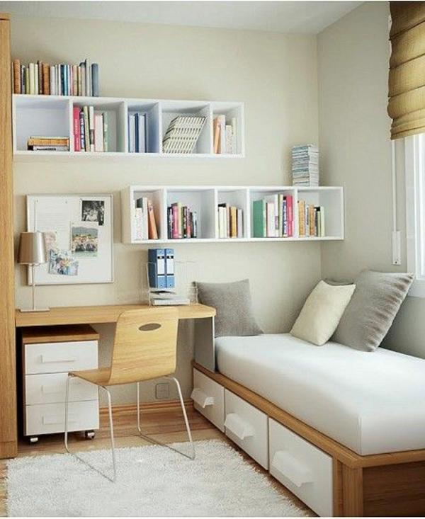 sofabett Matratze und Bettkasten regale bücher
