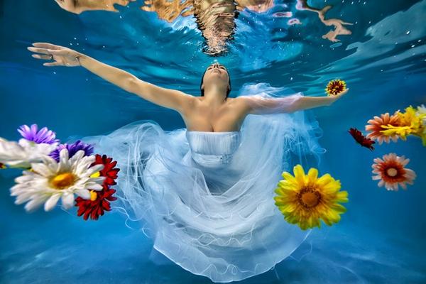 Bräute als Nixen schwimmen unterwasser blumen
