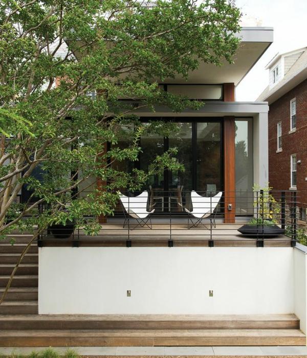 Fassadengestaltung-Einfamilienhaus-vorgarten-gestalten-pflanzen-baum-terrasse-holztreppen