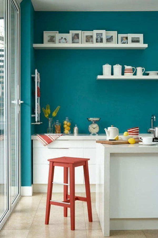 Wandfarbe Türkis wandgestaltung küche regale retro