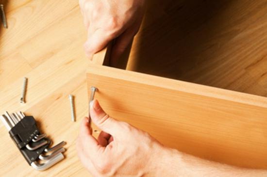 babyzimmer kinderzimmereinrichtung kindersicher machen ecken kindersicherung Carpenter mounting wooden furniture © flas100 - Fotolia.com