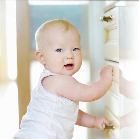 babyzimmer kinderzimmereinrichtung kindersicher machen schubladen kindersicherung Adorable baby girl © MNStudio - Fotolia.com