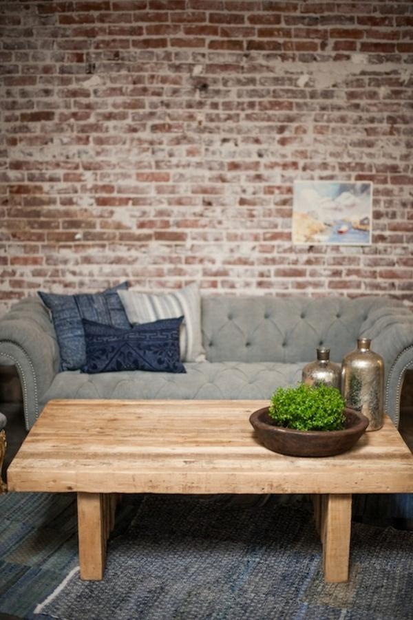 couchtisch holz massiv wohzimmer ziegelwand sofa