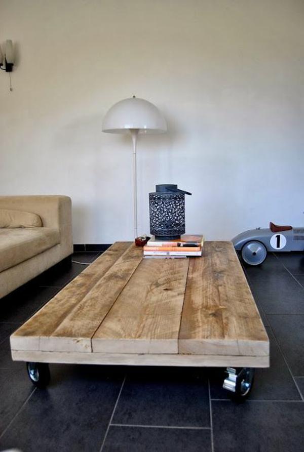 Ein Couchtisch aus Holz fügt Wärme und Natürlichkeit im ...