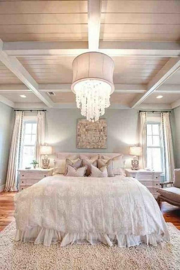 einrichtungsideen schlafzimmer bett kronleuchter holz decke