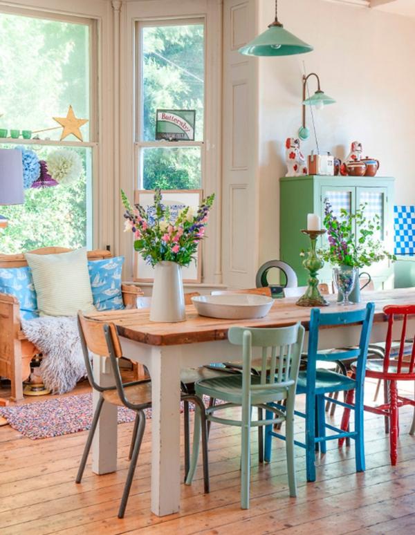 Esszimmertisch mit stühlen, die ein modernes ambiente kreieren