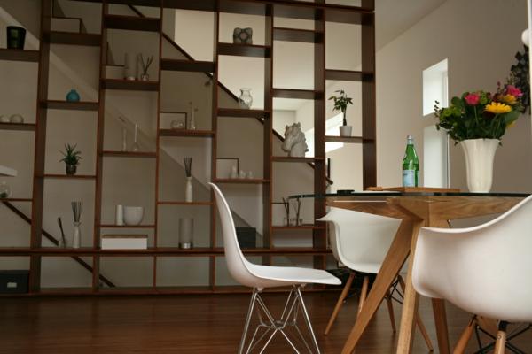 Esszimmer modern holz  Esszimmertisch mit Stühlen, die ein modernes Ambiente kreieren