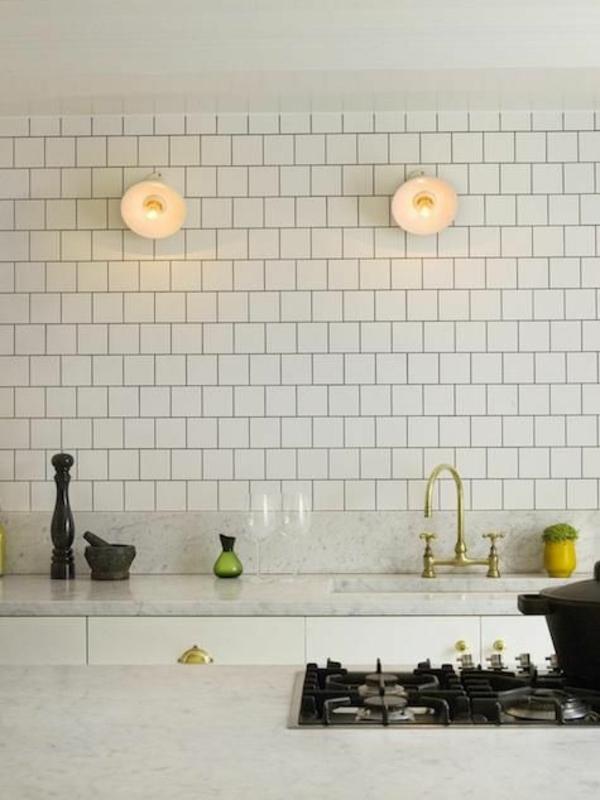 feinsteinfliesen küchenfliesen wand weiß dampfreiniger fliesenfugen marmor arbeitsplatte