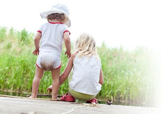 gartenteich kindersicher machen kinderzimmereinrichtung Schwestern angeln © kristall - Fotolia.com
