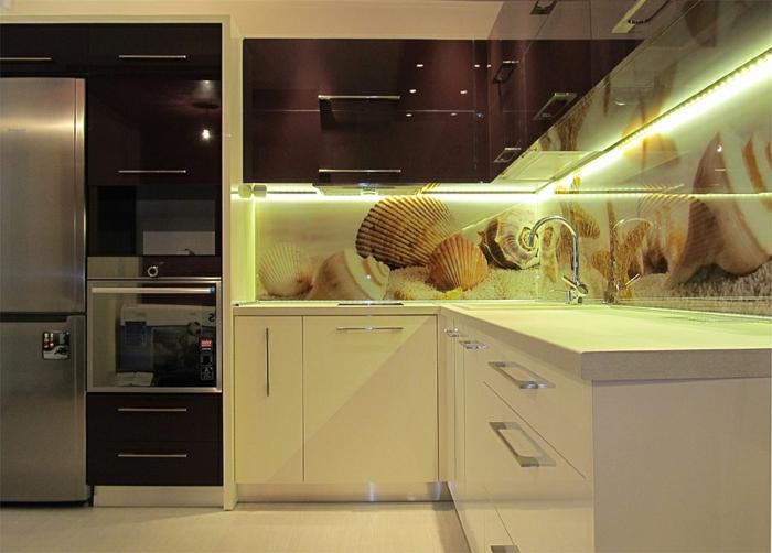 glasrückwand glanzvoll oberflächen küche küstennah strand