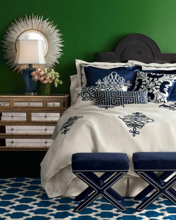 grüne wandfarbe und meerblaue deko