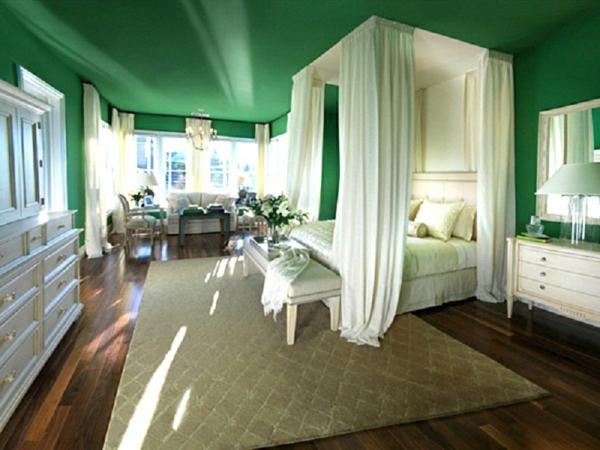 grünes schlafzimmer wandfarbe deckenfarbe baldachinbett weiß