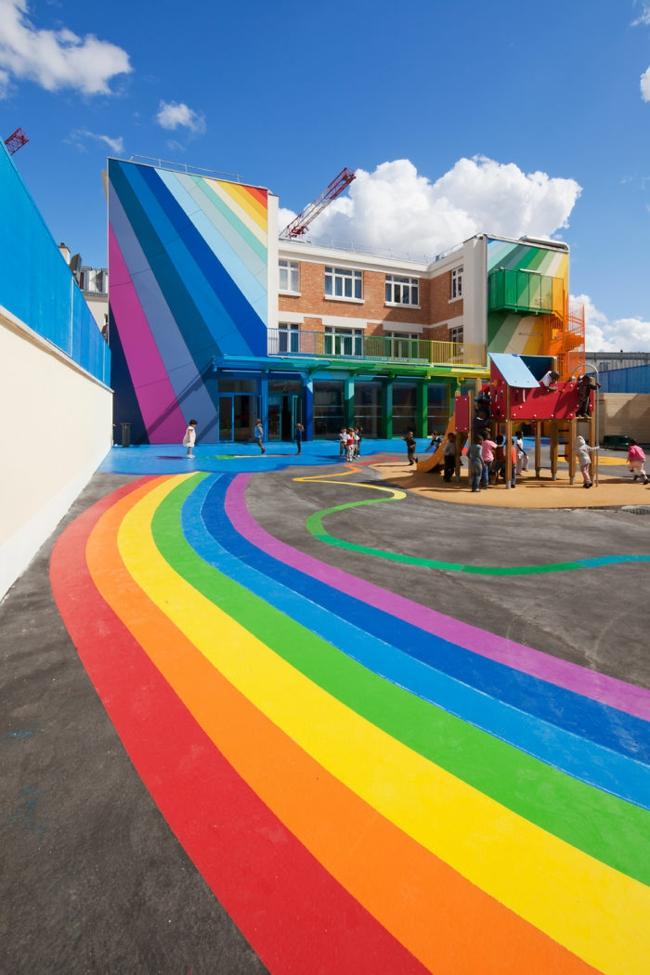 hausfassaden farben moderne hausfassade streichen regenbogen farben kindergarten