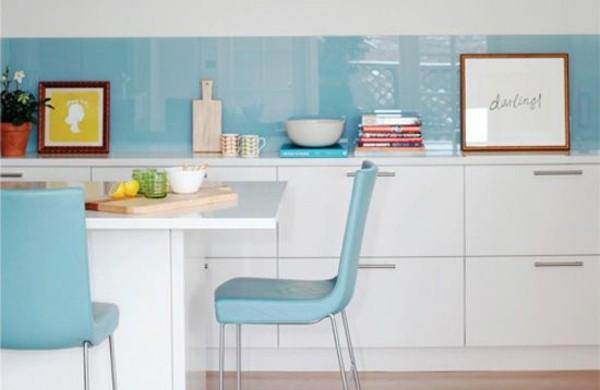 küchenrückwand-aus-glas-küchenrückwand-plexiglas-hellblau-kücheninsel