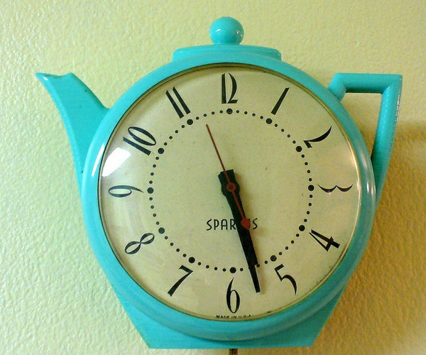 küchenuhren design retro stil teekanne blau wanduhr