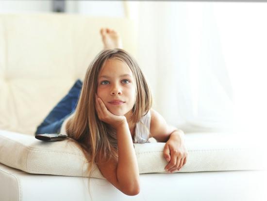 kinderzimmereinrichtung kindersicher machen heranwachsende kindersicherung Child watching tv © Alena Ozerova - Fotolia.com