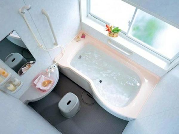 kleines bad ereinrichten badewanne platzsparende badmöbel