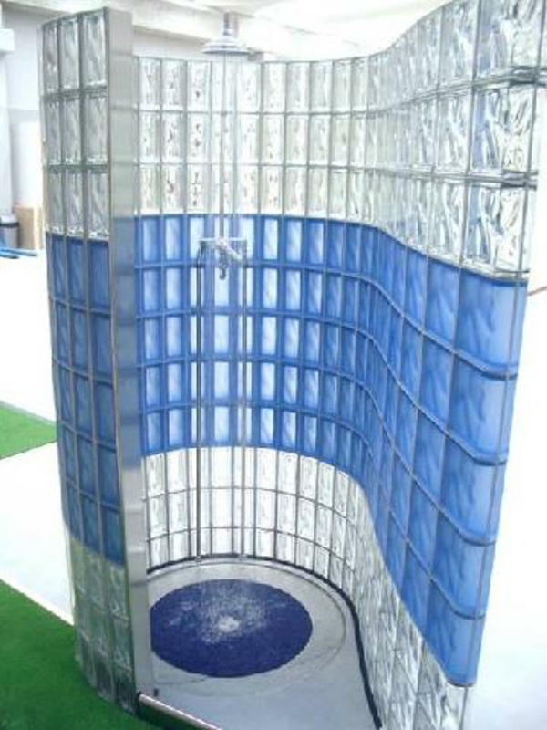 Kleines Bad Fliesen  helle Fliesen lassen Ihr Bad größer erscheinen -> Banheiro Decorado Com Bloco De Vidro
