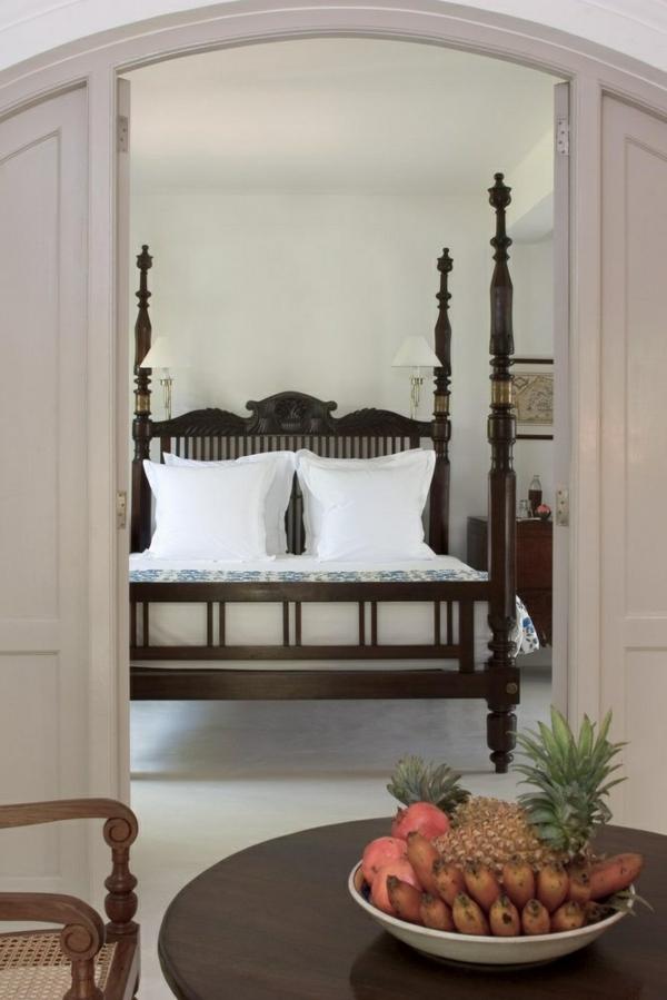 kolonialmöbel schlafzimmer ideen bett bettpfosten