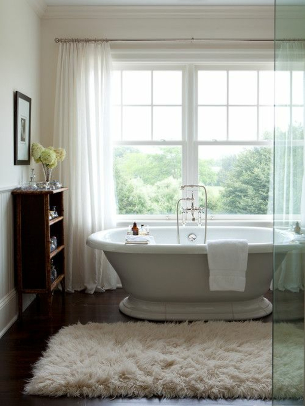 kuschelweiche badmatte weiß holzboden badteppiche freistehende badewanne