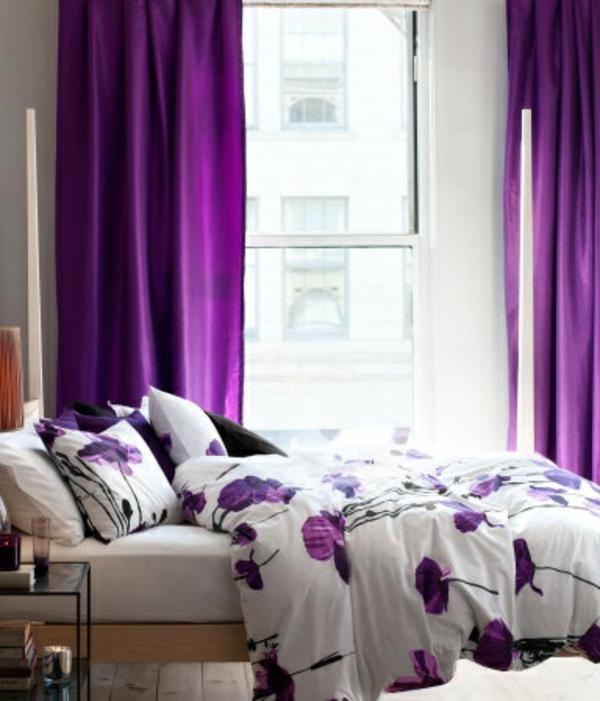 gardinen in lila fenster vorhänge schlafzimmer bettwäsche