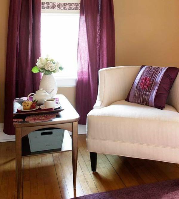 lila-gardinen-fenster-vorhänge-schlafzimmer-polstermöbel