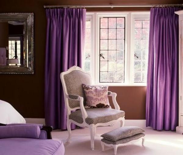 lila gardinen fenster vorhänge schlafzimmer sessel hocker