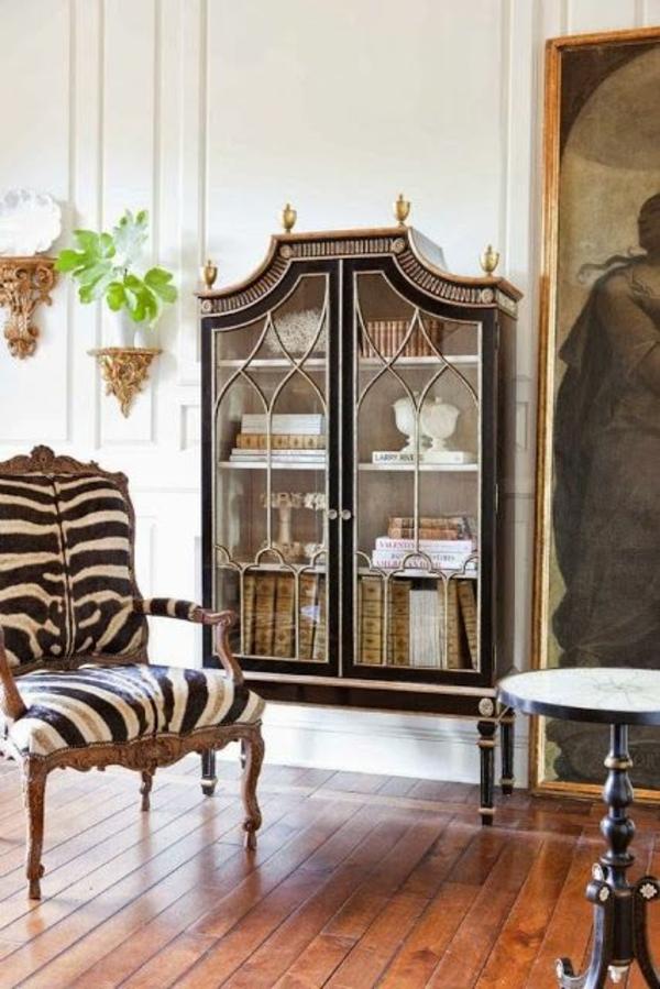 möbel kolonialstil einrichtung wohnzimmer holzboden antikmöbel sessel zebramuster