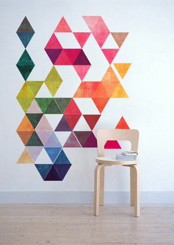 moderne wandgestaltung farbige wandgestaltung dreiecken holzstühl