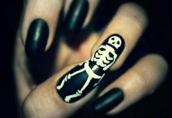 nagellack ideen nageldesigns halloween ideen skeletten körper schwarz weiß
