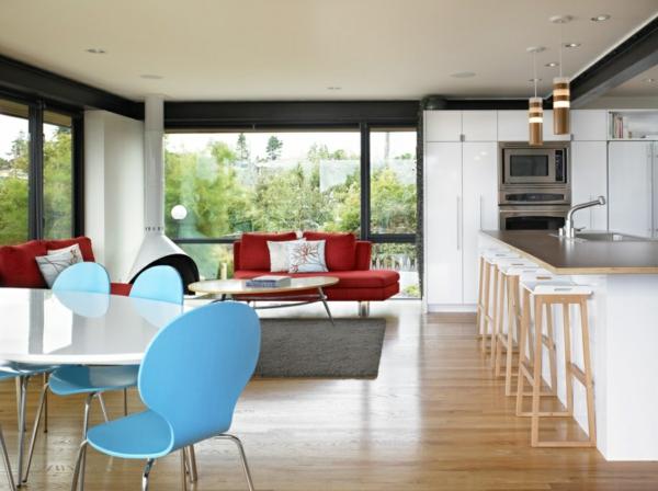offener wohnraum esszimmer küche kücheninsel holzboden scandinavische möbel