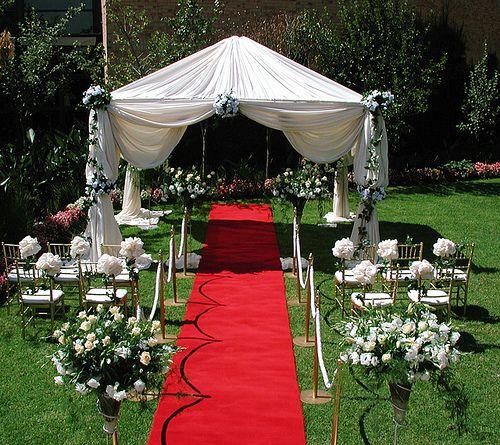 rote feiern pergola teppiche stühle outdoor party hochzeit