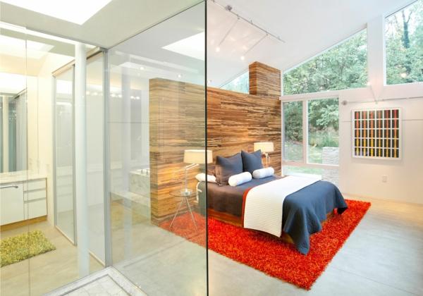 rote schlafzimmerwand holz teppiche weich raum sofas polsterung glas trennwand