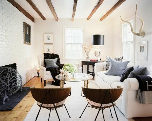 runder couchtisch wohnzimmer einrichtungsideen rustikal holzbalken kamin