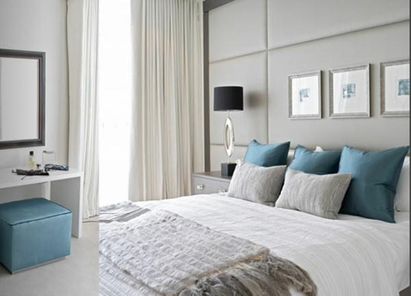 schlafzimmer einrichtungsideen polsterbett dekokissen hocker blau