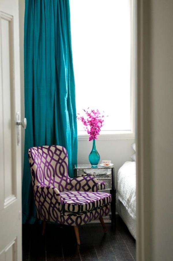 schlafzimmer gardinen vorhänge türkis gardine blickdicht vase